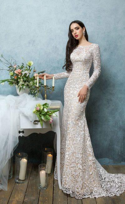 Фактурное свадебное платье на подкладке цвета слоновой кости с длинным плотным рукавом.