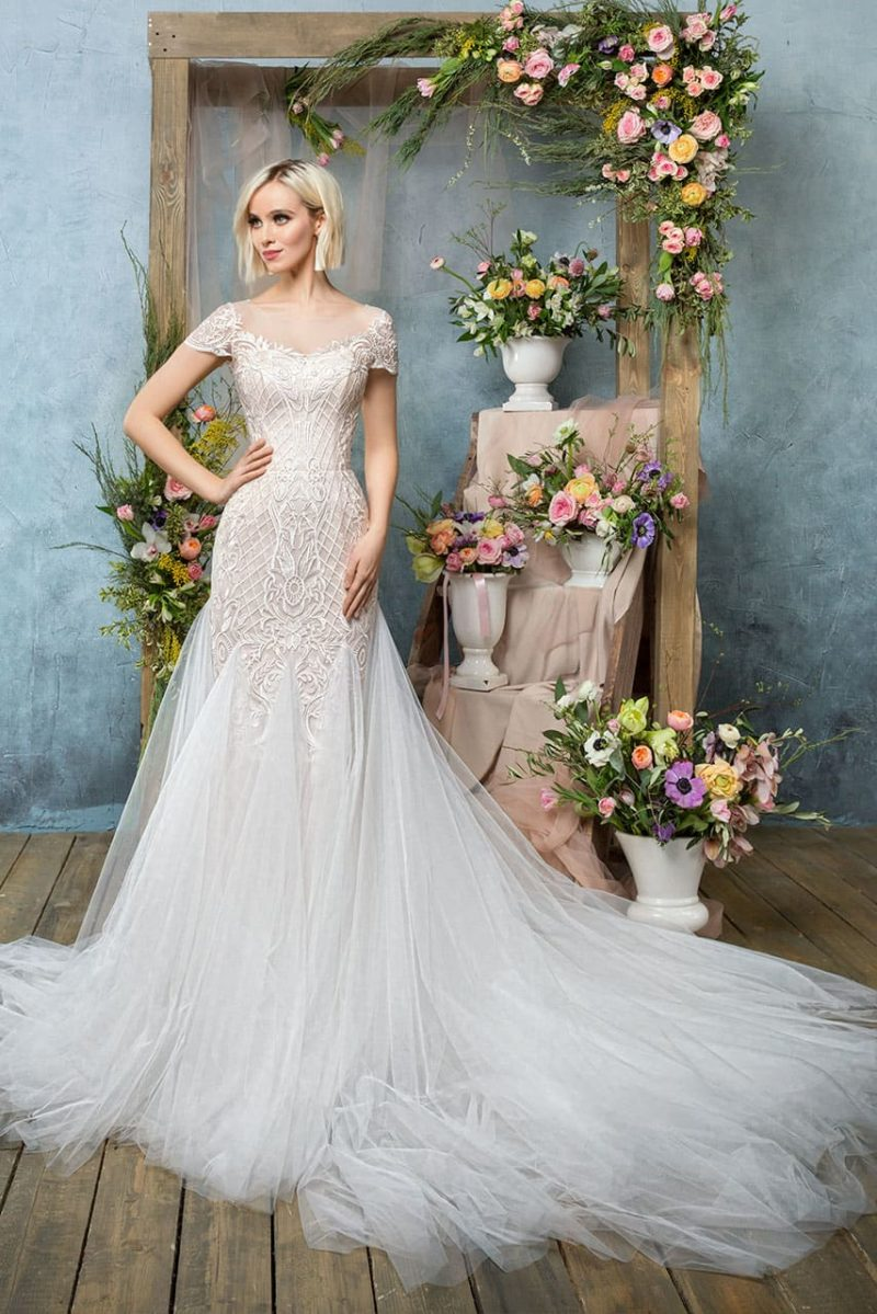 Бежевое свадебное платье прямого кроя с шифоновыми вставками вертикально по юбке.