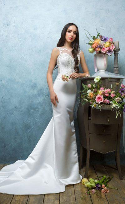 Атласное свадебное платье «рыбка» с полупрозрачной вставкой на спинке и закрытым лифом.