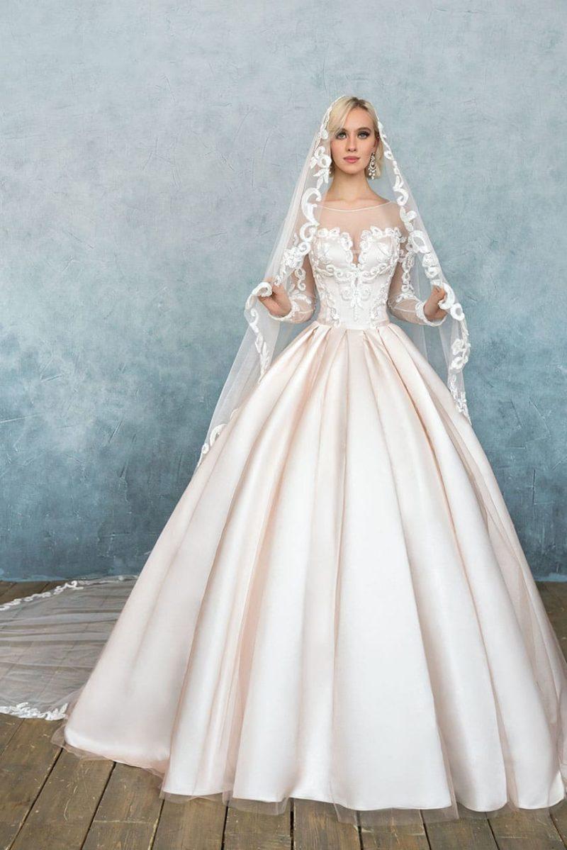 Розовое свадебное платье с пышной юбкой и корсетом с лифом в форме сердечка.