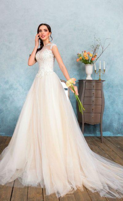 Кремовое свадебное платье с фактурным корсетом и открытым лифом с тонкой вставкой.