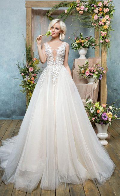 Роскошное свадебное платье пышного кроя с соблазнительным лифом с аппликациями.
