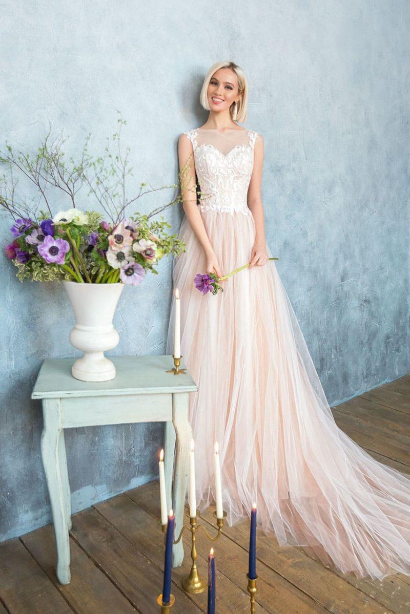 Розовое свадебное платье с кружевным корсетом и многослойным подолом со шлейфом.