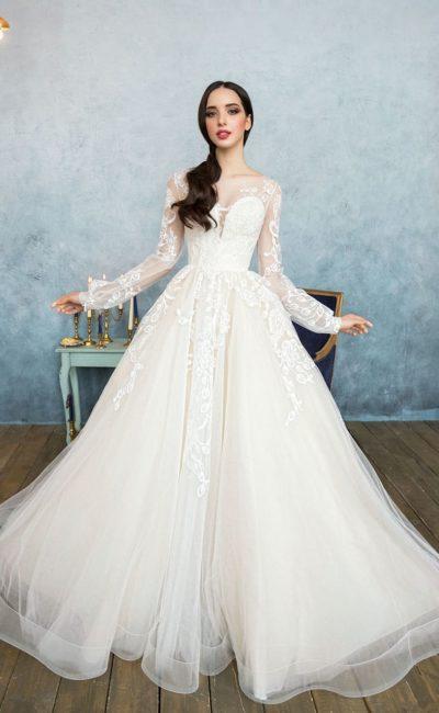 Эффектное свадебное платье цвета слоновой кости с длинным рукавом и кружевом.