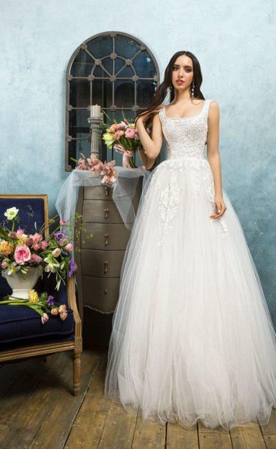 Пышное свадебное платье с кружевным декором и вырезом «каре» с узкими бретелями.