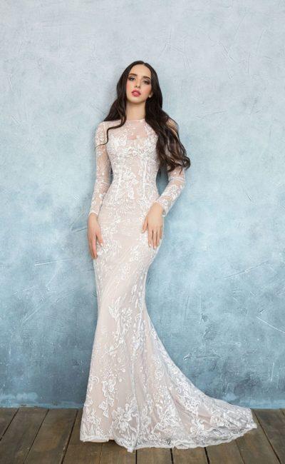 Бежевое свадебное платье с облегающим силуэтом «рыбка» и длинными рукавами.