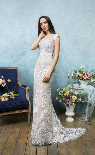 Бежевое свадебное платье прямого кроя с белой вышивкой и пышной верхней юбкой.