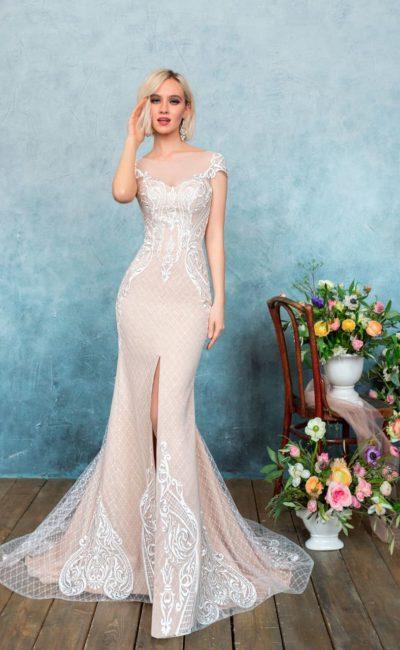 Бежевое свадебное платье с коротким рукавом и небольшим разрезом на юбке «рыбка».