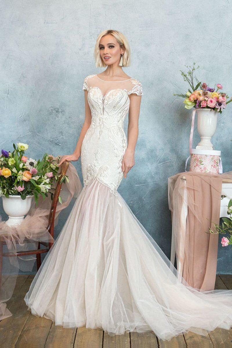 Эффектное свадебное платье с силуэтом «русалка» и стильной глянцевой вышивкой.