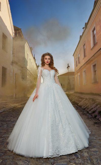Пышное свадебное платье с длинным рукавом и ажурной отделкой по корсету и подолу.