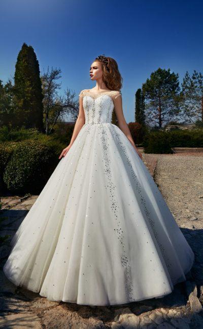 Элегантное свадебное платье «принцесса» с тонкой вставкой на лифе и сияющим декором.