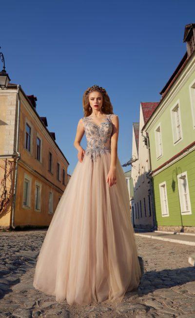 Пудровое свадебное платье с многослойной юбкой и нежной голубой вышивкой на лифе.