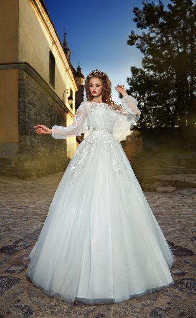 Пышное свадебное платье с длинным рукавом и оригинальной прозрачной накидкой.
