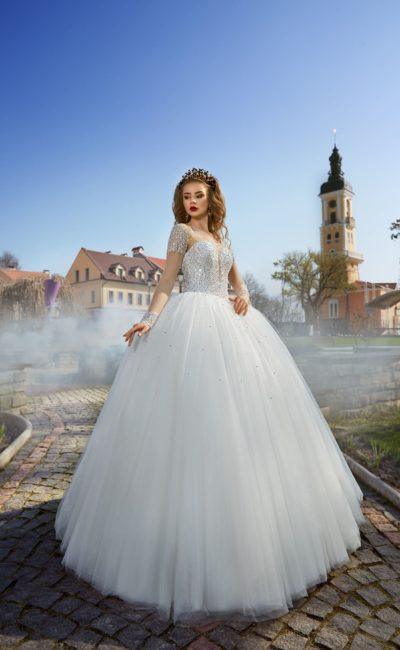 Роскошное свадебное платье с пышной юбкой и сверкающим декором по всему корсету.