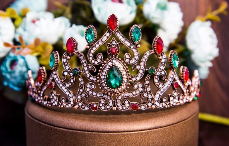 Необычная свадебная тиара, украшенная крупными стразами красного и зеленого цветов.