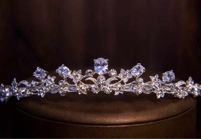 Великолепная диадема с изысканными изгибами, украшенная прозрачными кристаллами.