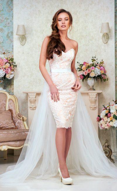 Короткое платье с легким шлейфом