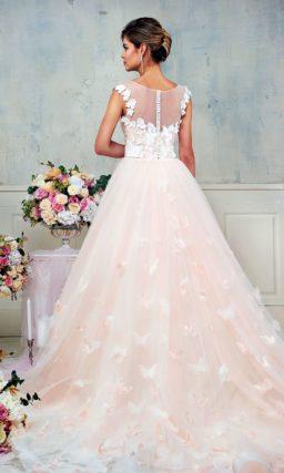 Романтичное розовое свадебное платье пышного кроя, украшенное бабочками по юбке.