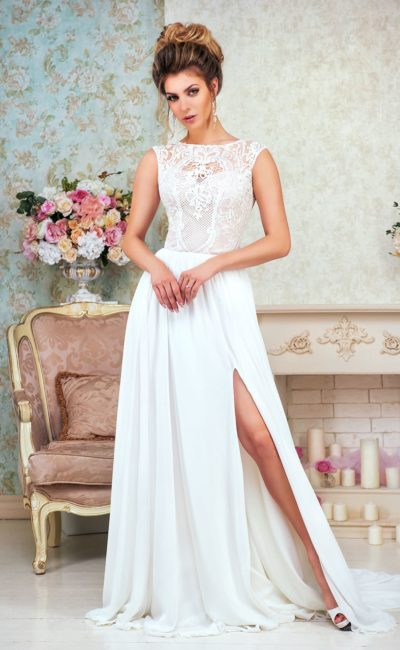 Свадебное платье прямого кроя с высоким разрезом и сдержанным закрытым верхом.