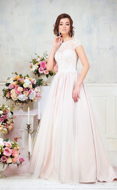 Розовое свадебное платье А-силуэта с закрытым кружевным лифом с коротким рукавом.