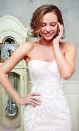 Свадебное платье «русалка» с открытым лифом и деликатным кружевным декором.