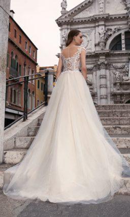 Стильное свадебное платье «принцесса» с полупрозрачным верхом, оформленным кружевом.