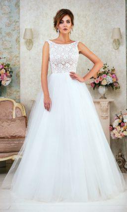 Свадебное платье «принцесса» с закрытым кружевным лифом и декольте на спинке.