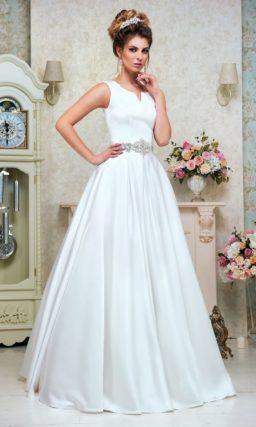 Лаконичное свадебное платье «принцесса» с оригинальной формой декольте и поясом.