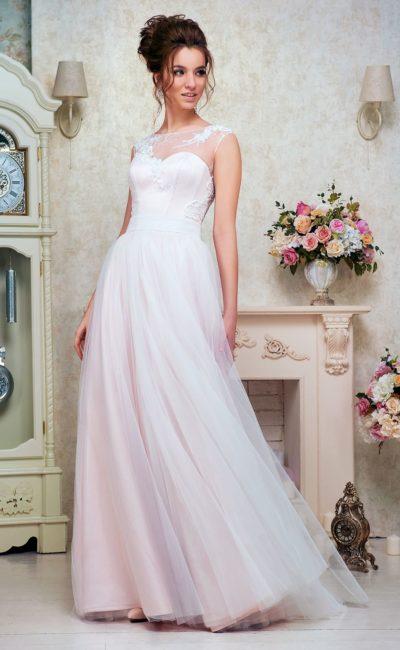 Прямое свадебное платье с тонкой вставкой над лифом-сердечком и многослойной юбкой.