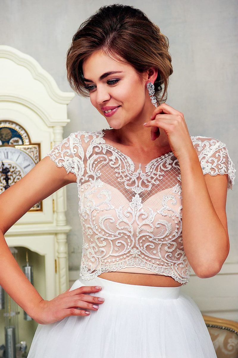 Соблазнительное свадебное платье с укороченным кремовым топом, покрытым кружевом.