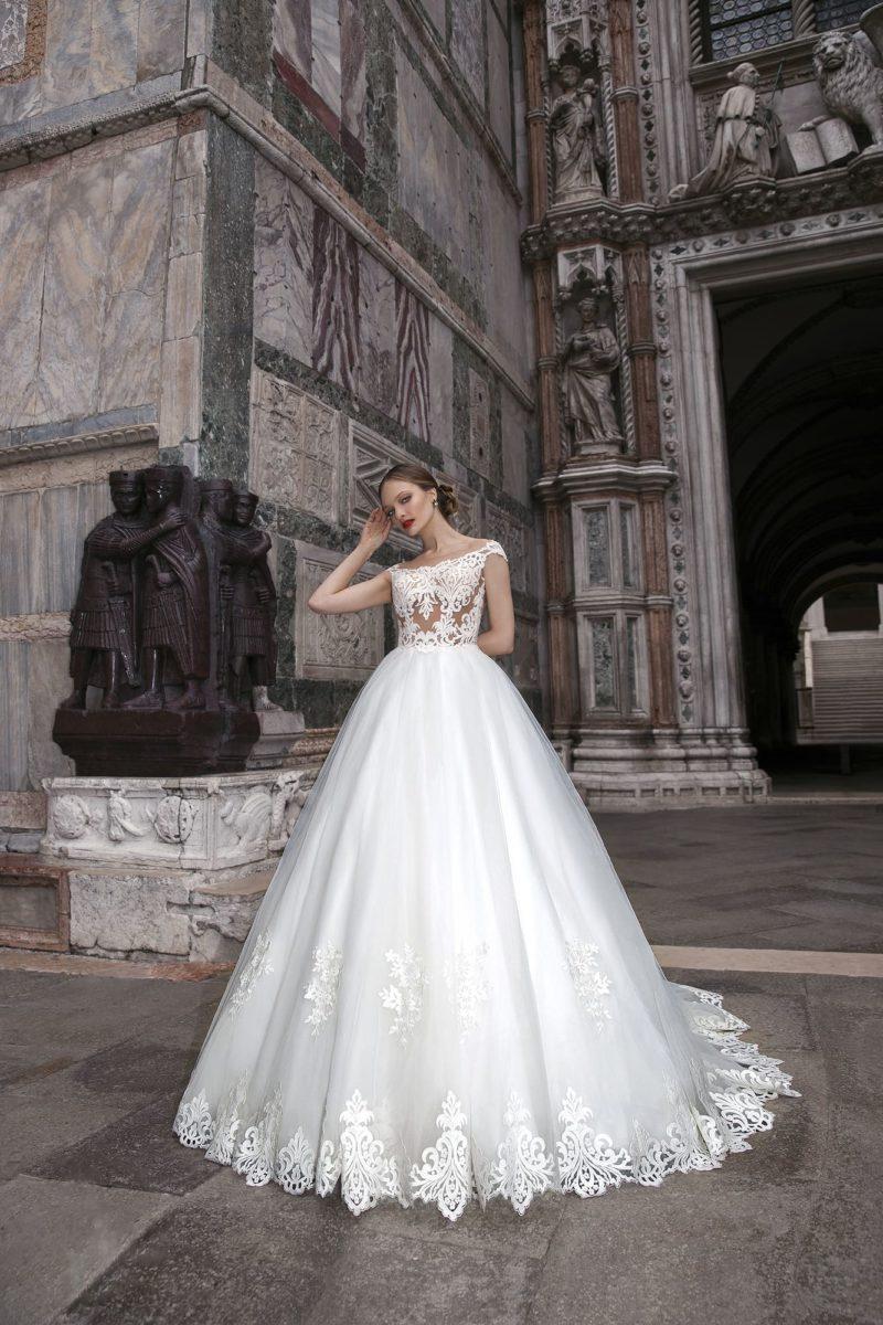 Торжественное свадебное платье с кружевным корсетом и роскошной юбкой со шлейфом.