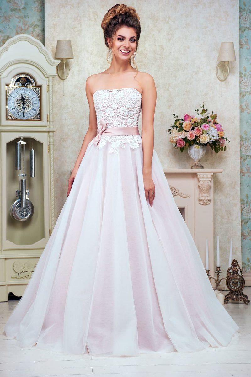 Открытое свадебное платье «принцесса» с кружевным корсетом и розовым поясом на талии.