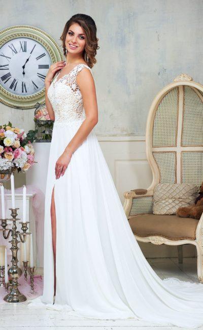 Прямое свадебное платье с разрезом по подолу и открытой глубоким вырезом спинкой.
