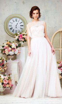 Романтичное свадебное платье с верхом из полупрозрачной ткани и многослойным низом.