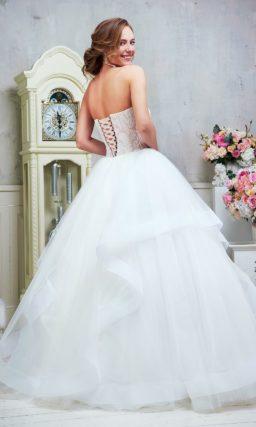 Очаровательное свадебное платье с открытым кружевным корсетом и пышной юбкой.