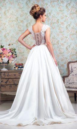 Великолепное свадебное платье «принцесса» с юбкой из атласа и лифом на розовой подкладке.