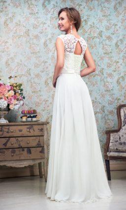 Прямое свадебное платье с изящным поясом на талии и закрытым ажурным лифом.