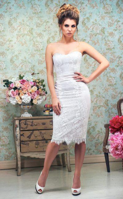 Свадебное платье-футляр с открытым декольте и юбкой до колена, покрытое кружево.