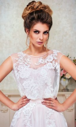 Деликатное свадебное платье А-силуэта с полупрозрачным верхом и цветочным декором.