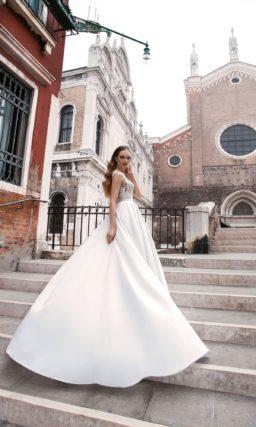 Нежное свадебное платье «принцесса» с атласной юбкой и полупрозрачным кружевным верхом.