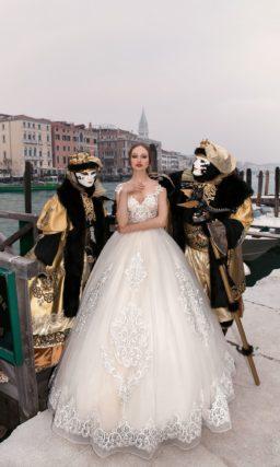 Чарующее свадебное платье с пышной юбкой дополнено крупными аппликациями кружева.