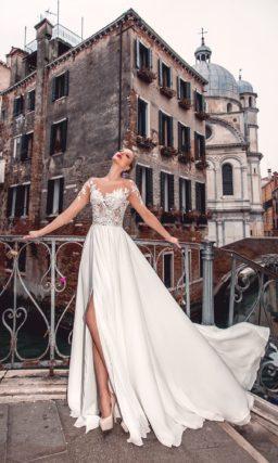 Женственное свадебное платье с полупрозрачным верхом и прямой юбкой с разрезом сбоку.