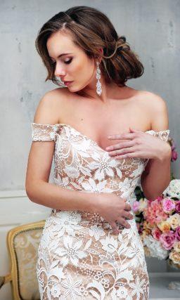 Эффектное свадебное платье-футляр длиной до колена, выполненное из атласа.