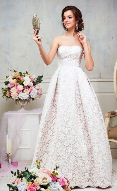 Изысканное свадебное платье пышного кроя, по всей длине покрытое плотным кружевом.