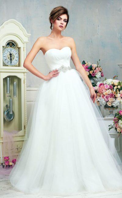 Торжественное свадебное платье с пышным подолом и открытым лифом в форме сердца.