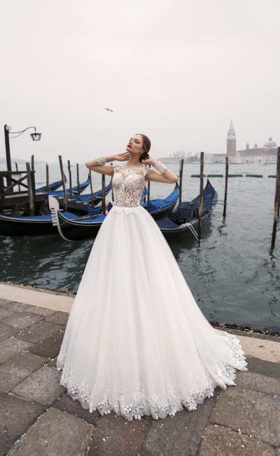 Изысканное свадебное платье пышного кроя с фигурным низом подола и ажурным верхом.