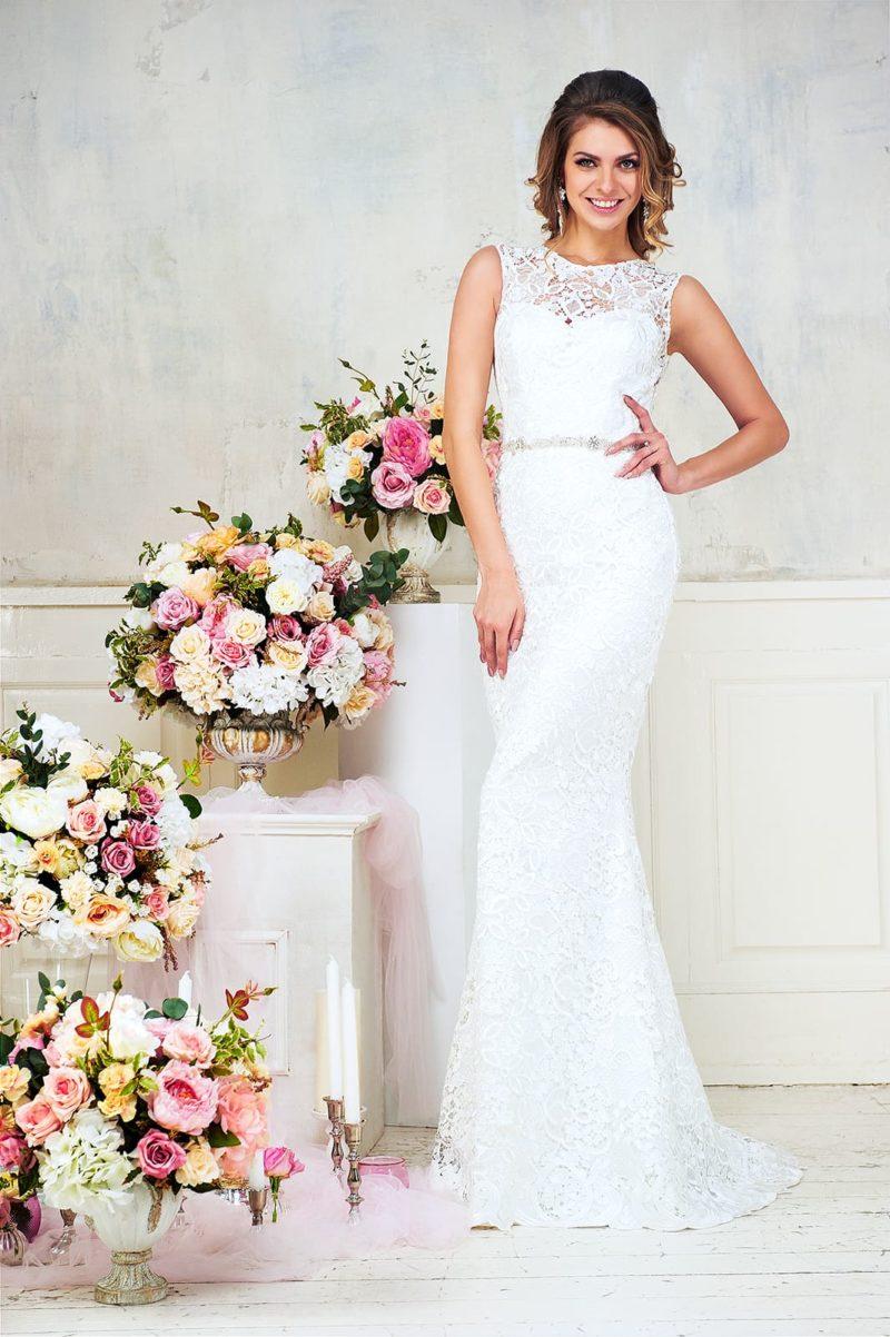 Облегающее свадебное платье с кружевным декором по всей длине и узким поясом.