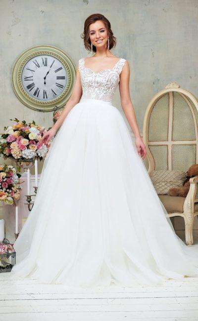 Свадебное платье пышного кроя с глянцевым лифом, украшенным ажурным узором.