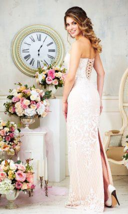 Пудровое свадебное платье с открытым верхом и облегающим кроем, покрытое кружевом.