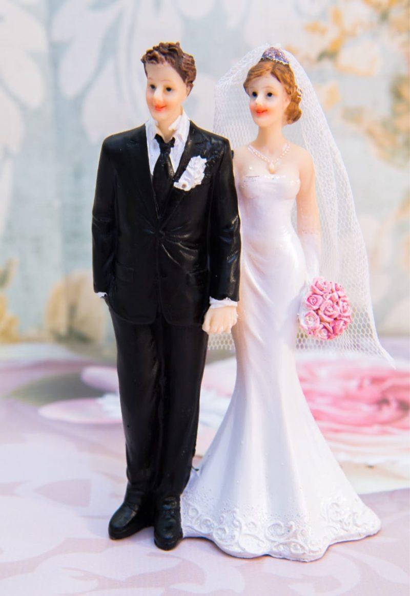 Романтичная фигурка для торта в классическом стиле, в черно-белых тонах.